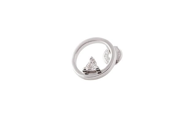 RATIO O EARRING 18K WHITE GOLD TRIANGLE DIAMOND 0.15CT