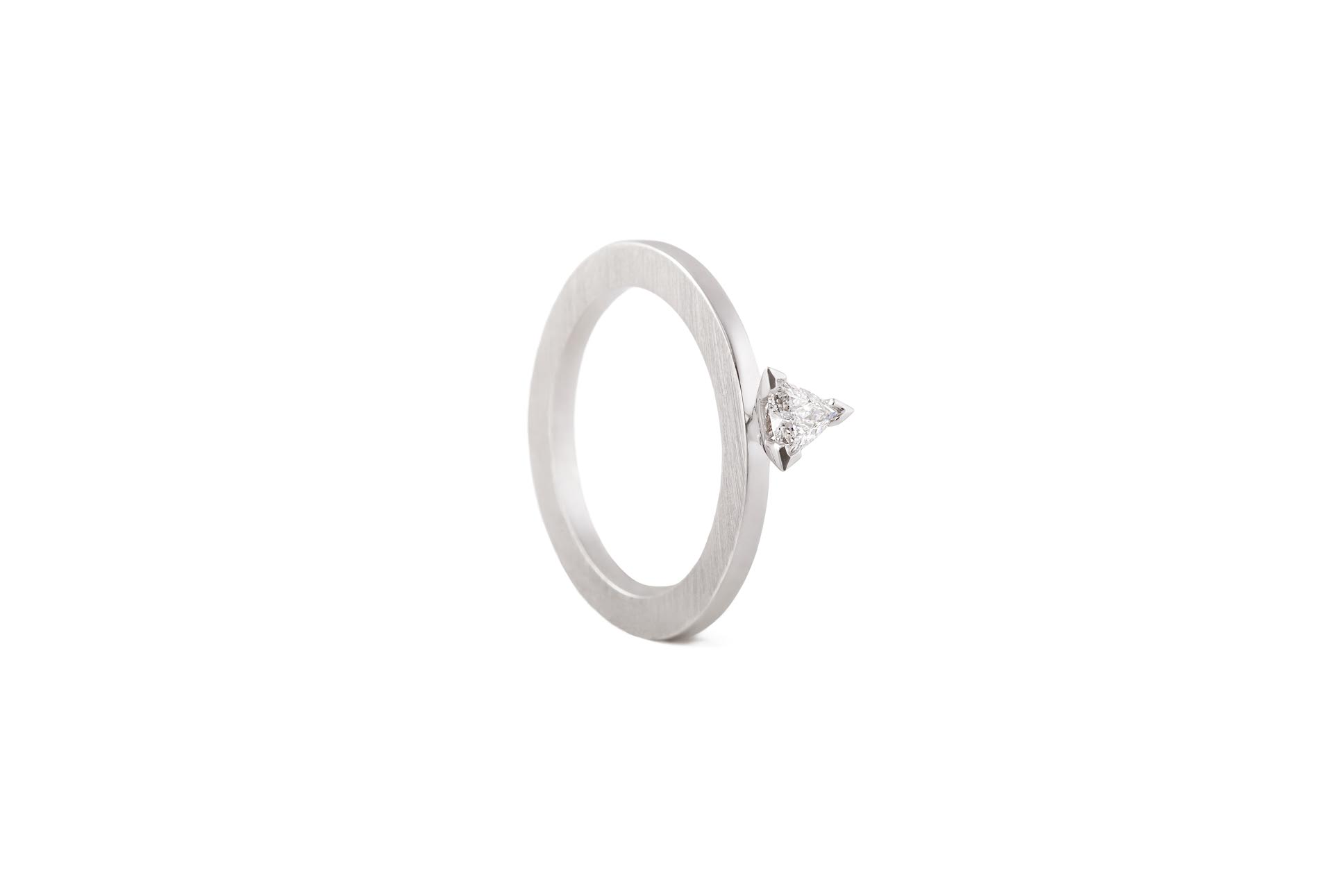 CREST A RING 18K WHITE GOLD TRIANGLE DIAMOND 0.15CT