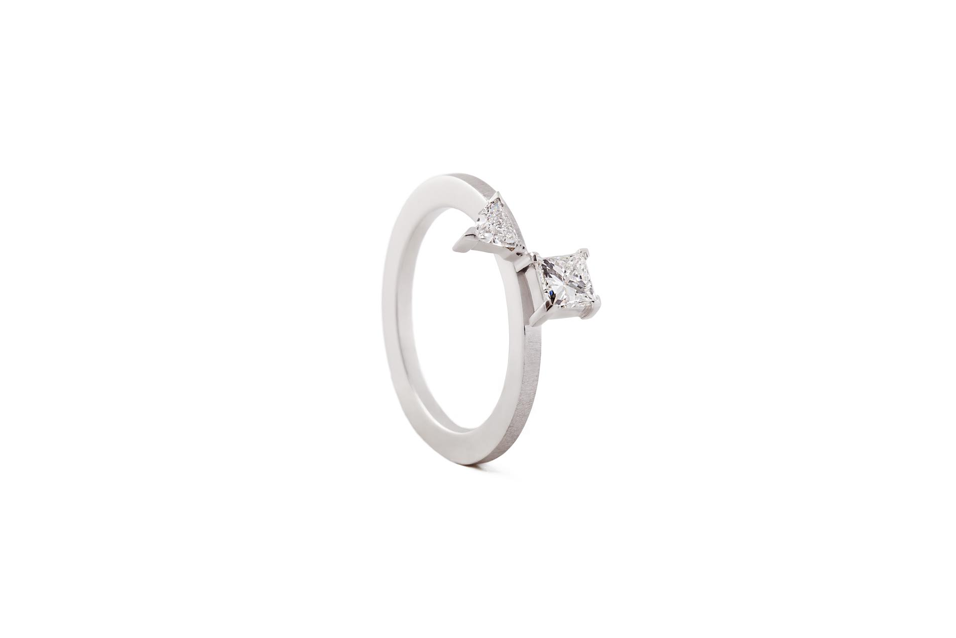CREST MA RING 18K WHITE GOLD PRINCESS & TRIANGLE DIAMOND 0.53CT